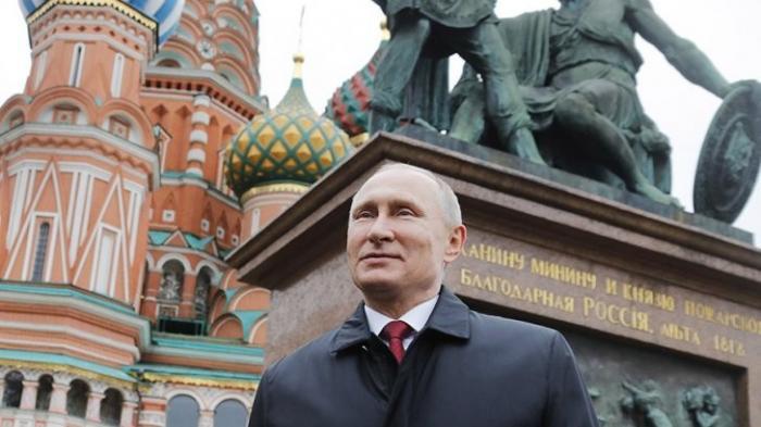 Владимир Путин возложил цветы к памятнику Минину и Пожарскому на Красной площади