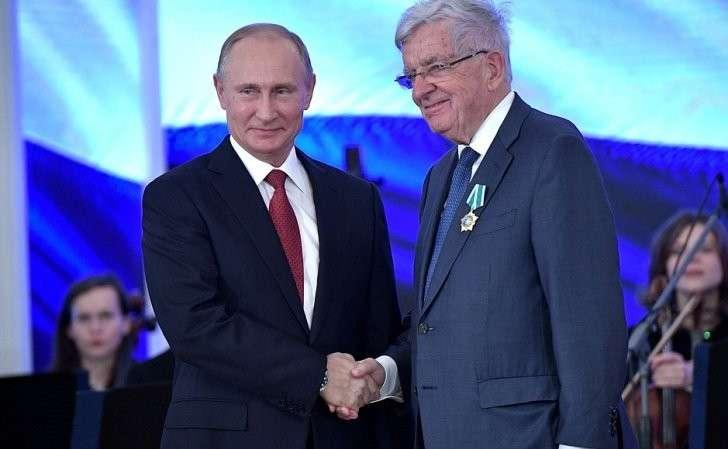 Орденом Дружбы награждён специальный представитель Правительства Франции повопросам отношений сРоссией Жан-Пьер Шевенман.