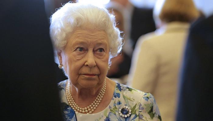 Сорос: Елизавета II выводит деньги из Британии в оффшоры