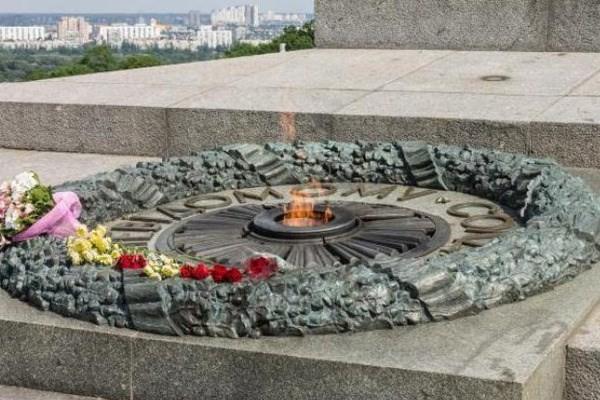 Киев: вандалы залили цементом Вечный огонь к годовщине революции