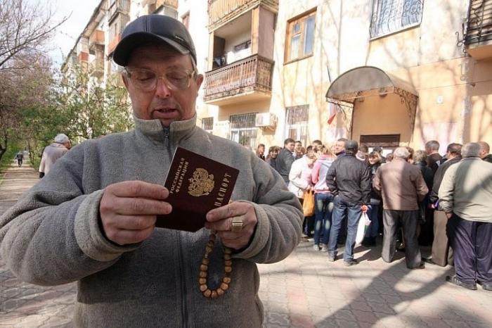 За что жителей Крыма лишают российского гражданства?