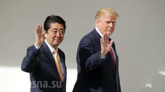 Премьер Японии Синдзо Абе рухнул в яму во время гольфа с Дональдом Трампом