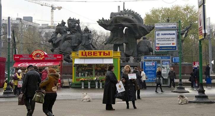Ларьки на площади перед станцией метро «Улица 1905 года», 2010 г.  Фото:  Александр Вильф / РИА Новости