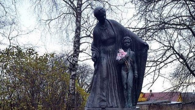 Оказывается, Михаил Задорнов на свои деньги установил памятник Пушкину и его няне