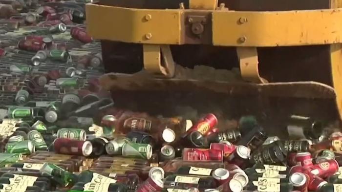 Борьба с алкоголизмом: в Пакистане катком раздавили крупную партию алкоголя