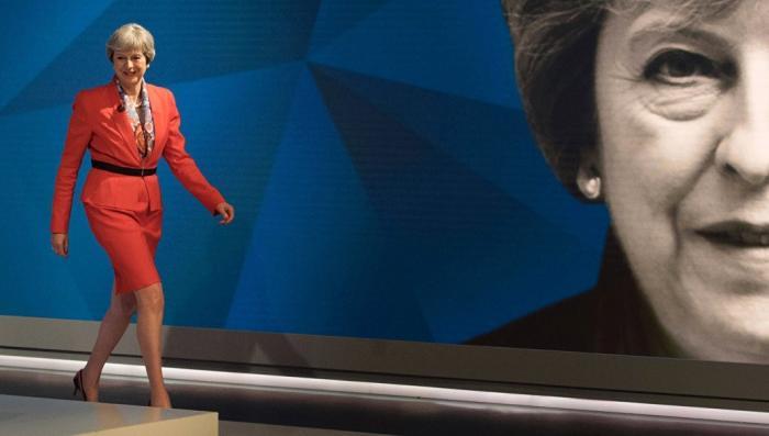 Русофобия: Тереза Мэй пытается спасти Британию, вызывая дух Владимира Путина