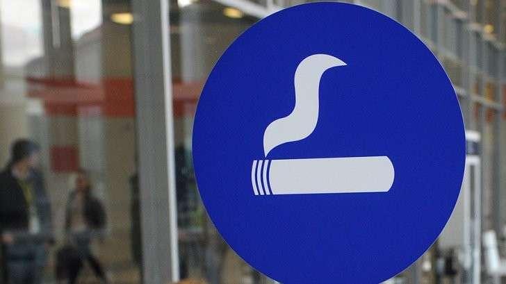 Депутат Госдумы предложил вернуть курилки в аэропорты