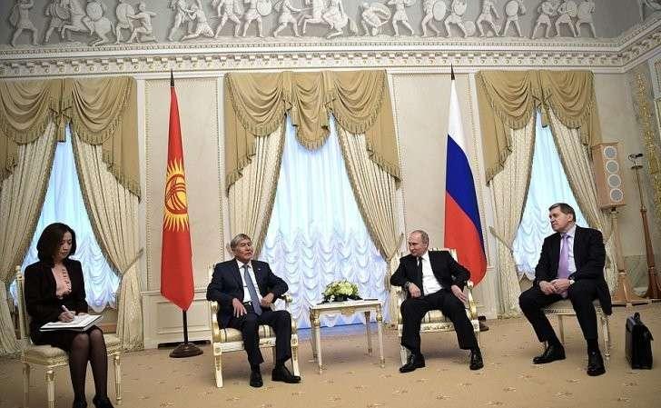 Встреча сПрезидентом Киргизской Республики Алмазбеком Атамбаевым. Справа– помощник Президента Юрий Ушаков.