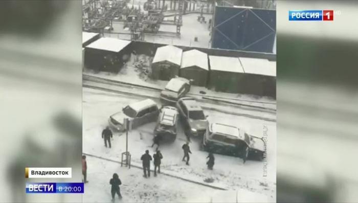 Во Владивостоке первый снег устроил на дорогах настоящее ледовое побоище