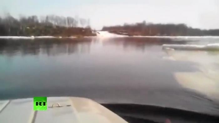 Во Владивостоке водитель УАЗ-469 героически добрался до суши