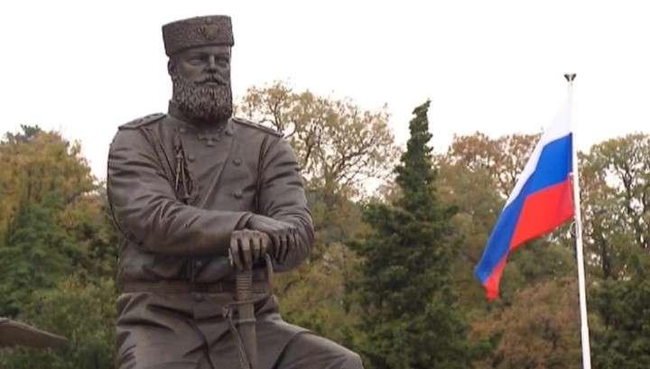 Владимир Путин в Ялте открыл памятник Александру III