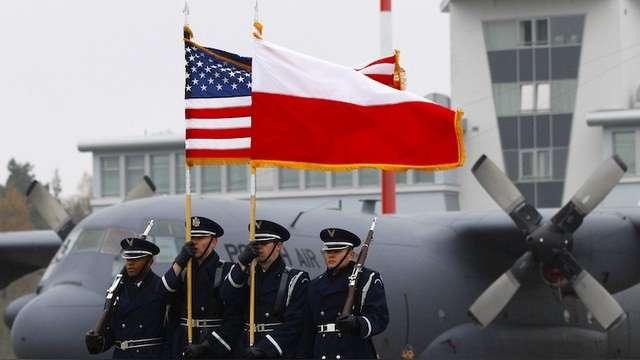 Польша показала всему миру, как надо правильно чистить языком звёздно-полосатые сапоги