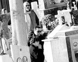 Жена и сын Сальваторе Риина на его похоронах (фото: Guglielmo Mangiapane/Reuters)