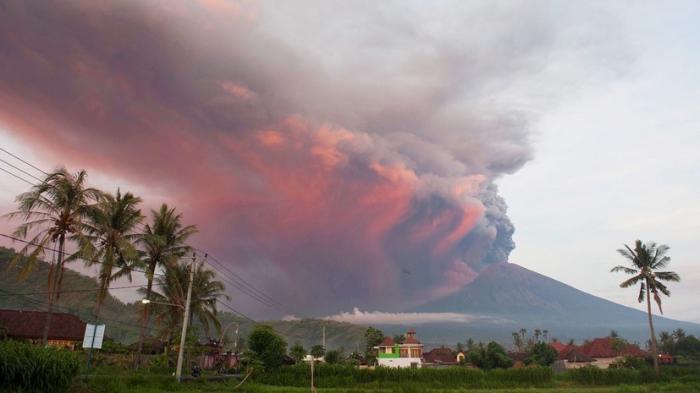 Извержение вулкана Агунг на острове Бали: аэропорты закрыты, уровень ЧС – критический