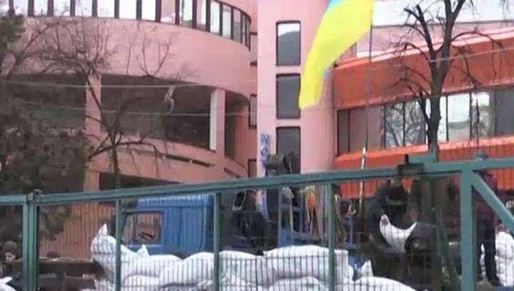 В Киеве неизвестные в военной форме заблокировали телеканал NewsOne