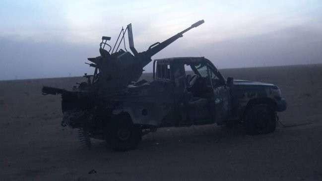Уничтоженный пикап боевиков ИГИЛ.