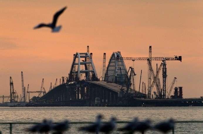 До Крыма осталось установить два пролёта Керченского моста