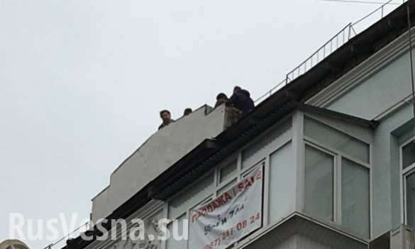 ВСети появились кадры сСаакашвили накрыше (ВИДЕО) | Русская весна