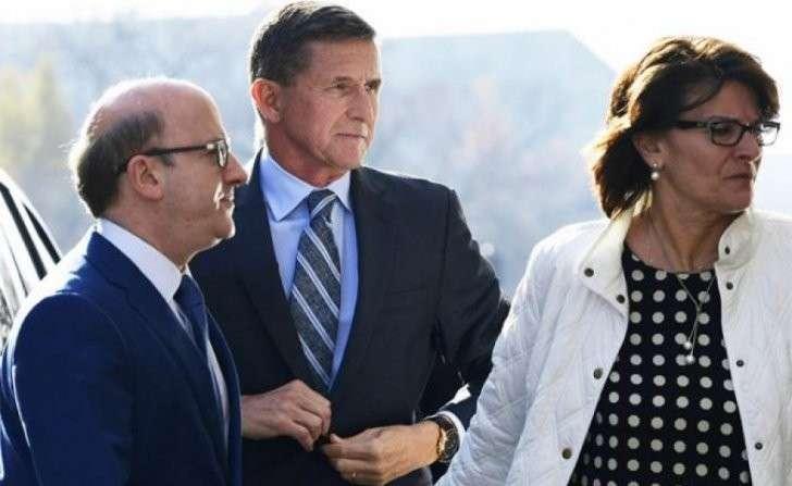 На фото: экс-советник президента США по национальной безопасности Майкл Флинн( в центре) признал вину в даче ложных показаний ФБР