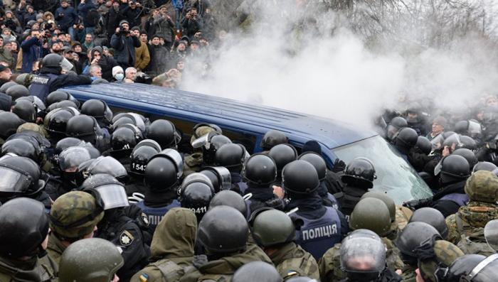 Майдауны дали отпор полицаям, пытавшимся задержать дурачка Саакашвили