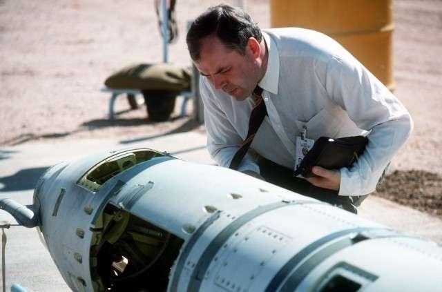 Советский инспектор изучает ракету «Томагавк» наземного базирования перед её уничтожением. Октябрь 1988 года