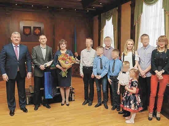 """Матери девятерых, выигравшей конкурс """"Семья года"""", вручили термос. Позорище"""