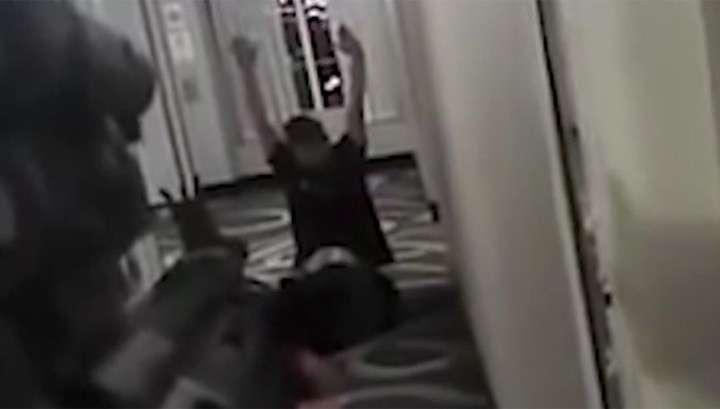 Полицейские в США безоружного мужчину заставили ползти на коленях, а потом расстреляли