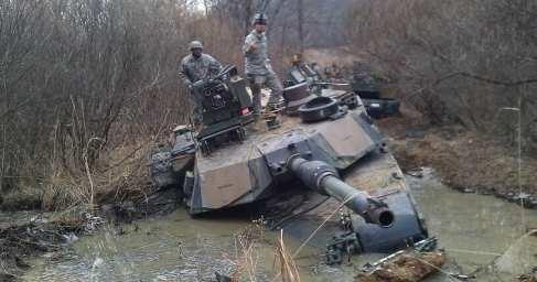 Танки НАТО грязи боятся: абрамсы вязнут в польских дорогах