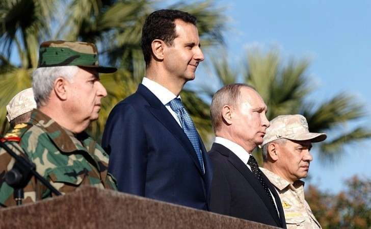 Вовремя посещения авиабазы Хмеймим вСирии. СПрезидентом Сирии Башаром Асадом (слева) иМинистром обороны России Сергеем Шойгу (справа).