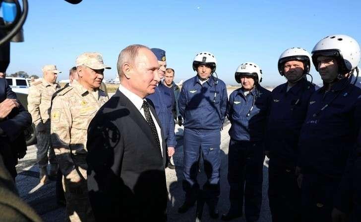 Вовремя посещения авиабазы Хмеймим вСирии. Беседа своенными лётчиками российских ВКС, принимавшими участие вантитеррористической операции вСАР.