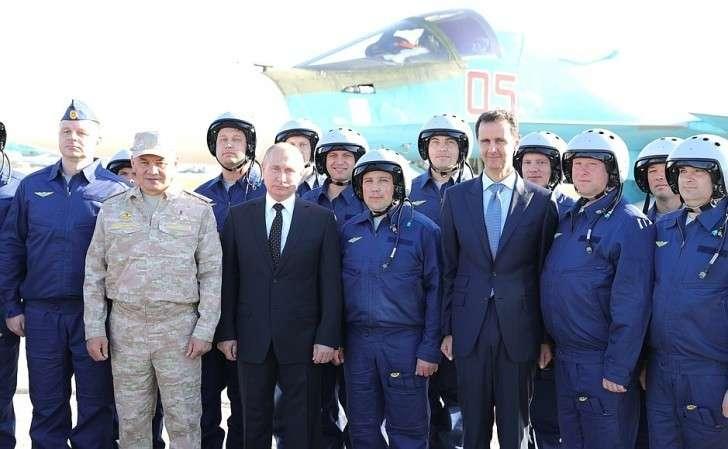 Вовремя посещения авиабазы Хмеймим вСирии. Своенными лётчиками российских ВКС, принимавшими участие вантитеррористической операции вСАР.