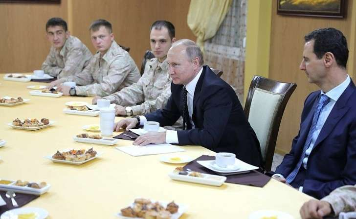 Вовремя посещения авиабазы Хмеймим вСирии. Встреча сроссийскими исирийскими военнослужащими– участниками антитеррористической операции.