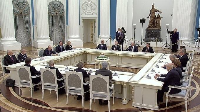 Владимир Путин провёл встречу ссудьями Конституционного Суда
