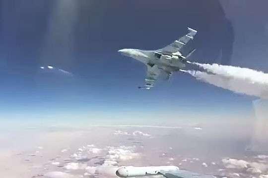Видео экстремального обгона истребителя Су-30 истребителем Су-35
