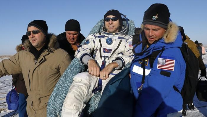 Спасатели удачно эвакуировали вернувшийся из космоса экипаж МКС