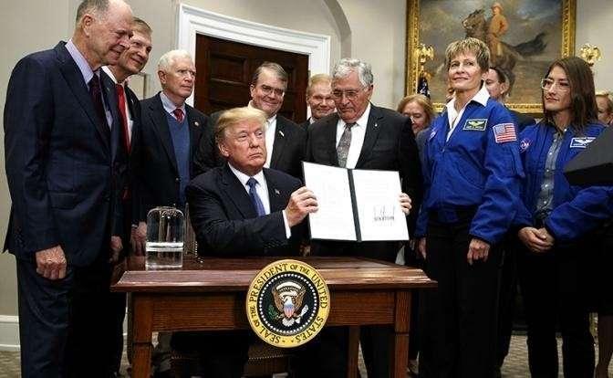 На фото: президент США Дональд Трамп подписал директиву о возобновлении полетов на Луну и Марс