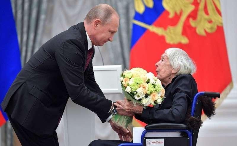 Слауреатом Государственной премии Российской Федерации завыдающиеся достижения вобласти правозащитной деятельности Людмилой Алексеевой.