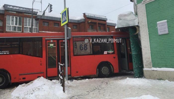 В Казани рейсовый автобус попытался забодать мечеть