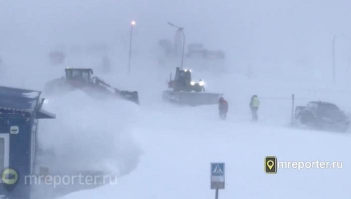 На востоке России в нескольких регионах бушует снежный циклон