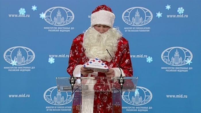 Еженедельный брифинг Марии Захаровой открыл Дед Мороз
