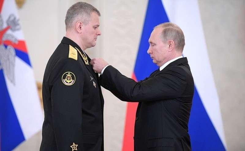 Встреча своеннослужащими, участвовавшими вантитеррористической операции вСирии. Контр-адмиралу Валерию Варфоломееву присвоено звание Героя Российской Федерации.