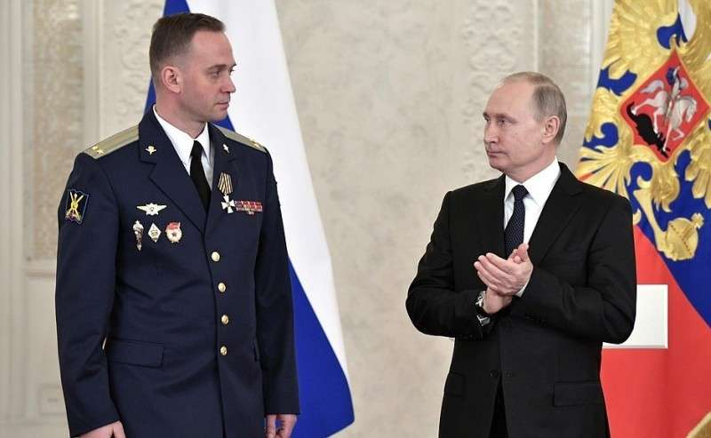 Встреча своеннослужащими, участвовавшими вантитеррористической операции вСирии. Подполковник Денис Клетёнкин награждён орденом Святого Георгия IV степени.
