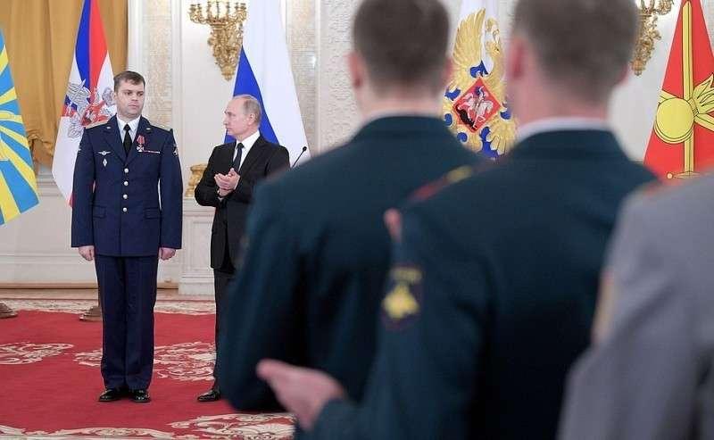 Встреча своеннослужащими, участвовавшими вантитеррористической операции вСирии. Майор Максим Маколкин награждён орденом Мужества.