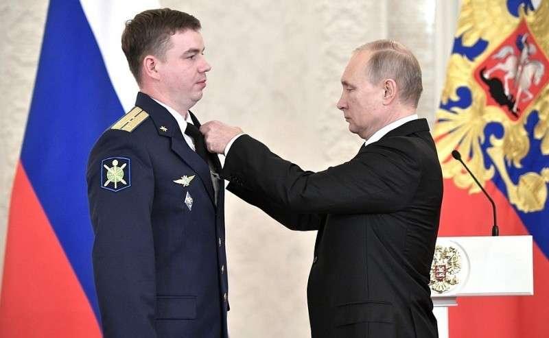 Встреча своеннослужащими, участвовавшими вантитеррористической операции вСирии. Капитан Александр Захаров награждён медалью «Заотвагу».
