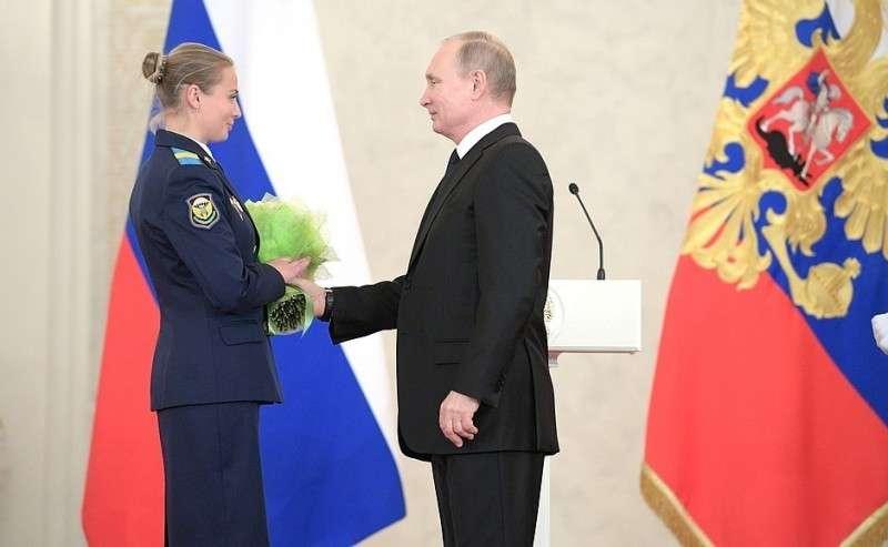 Встреча своеннослужащими, участвовавшими вантитеррористической операции вСирии. Старший сержант Татьяна Ковалёва награждена медалью Суворова.