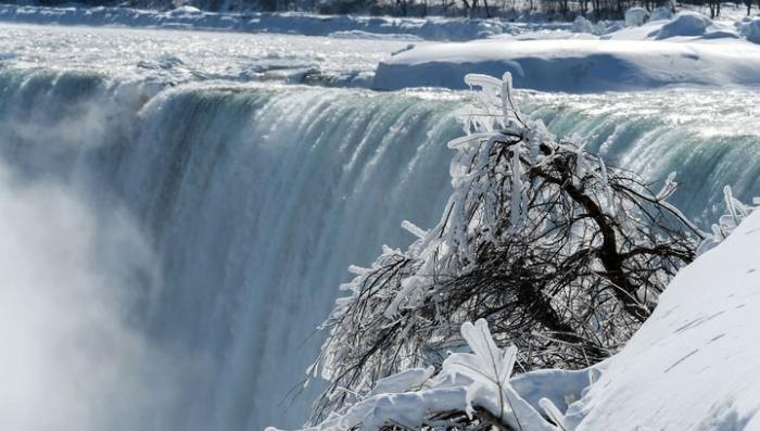 Рекордные морозы превратили Ниагарский водопад в ледяную сказку