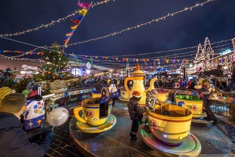 Аттракцион «Чашки» для тех, кто меньше 130 см ростом. 200 рублей в будни, 300 в выходные и праздники. красиво, красота, москва, новый год, праздник, рождество, столица, фотография