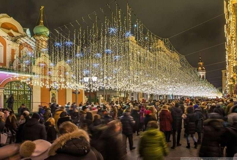 На Никольской на граждан сыпется золотой и серебристый дождь. красиво, красота, москва, новый год, праздник, рождество, столица, фотография