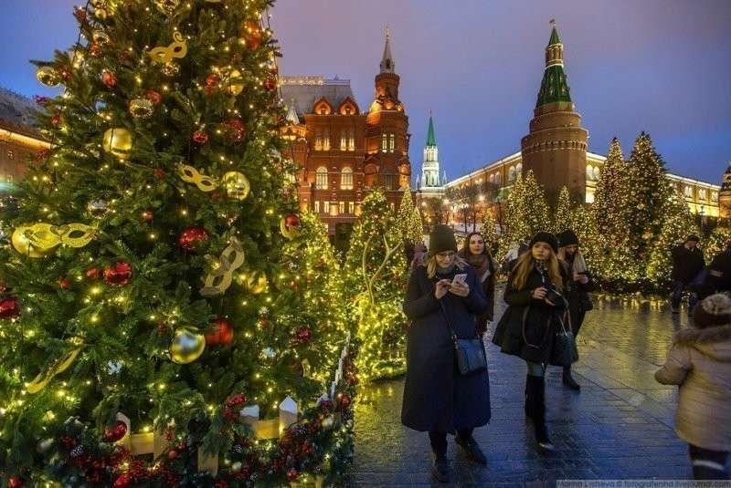 Каждая ёлка украшена шарами и игрушками в виде театральных масок — наступающий год в России объявлен Годом театра. красиво, красота, москва, новый год, праздник, рождество, столица, фотография