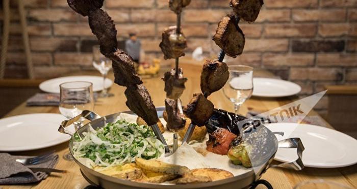 Налоговая Армении с 2018 года будет следить за каждым шашлыком и салатом